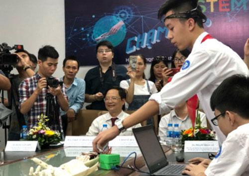 Học sinh trường THCS Trưng Vương (Hà Nội) trình diễn cánh tay robot điều khiến bằng suy nghĩ.