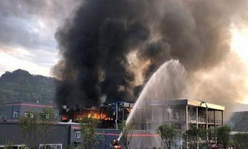 Hiện trường vụ nổ nhà máy hóa chất ở Tân Cương hôm 26/12. Ảnh: Reuters.