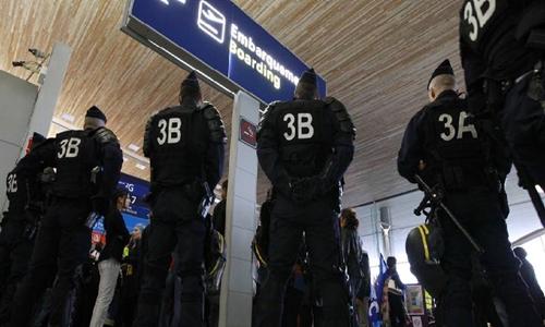 Nhân viên an ninh tại sân bay Charles de Gaulle. Ảnh: AFP.