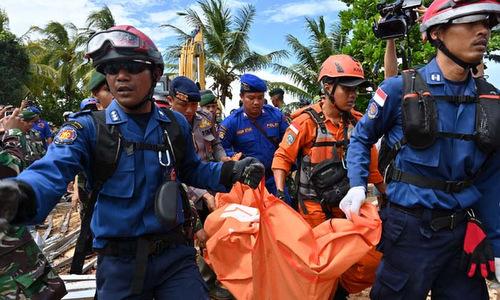 Lực lượng cứu hộ Indonesia đưa thi thể nạn nhân về nơi tập kết hôm 26/12. Ảnh: AFP.