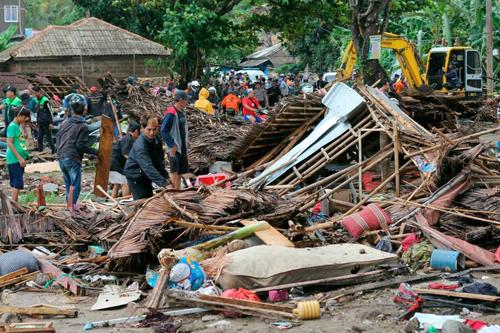 Những ngôi nhà bị phá hủy hoàn toàn sau khi sóng thần tấn công các bãi biển Indonesia đêm 22/12. Ảnh: Reuters.