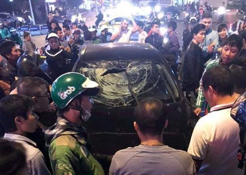 Hàng chục người vây kín nam tài xế và ôtô gây tai nạn liên hoàn. Ảnh: Hùng Mạnh