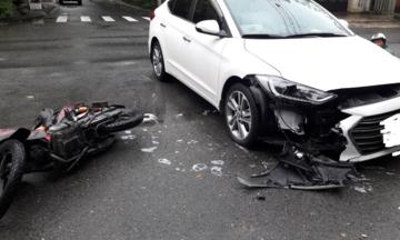 Xe máy tông vỡ Äầu ôtô á» ngã tÆ°: Ai Äúng, ai sai?