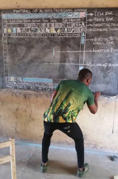 Thầy giáo ở Ghana dạy công nghệ bằng cách vẽ lại màn hình Microsoft Word trên bảng đen.