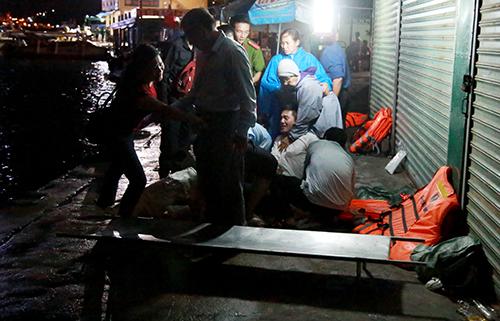 Hai nạn nhân tử vong được đưa vào bờ. Ảnh: Xuân Ngọc