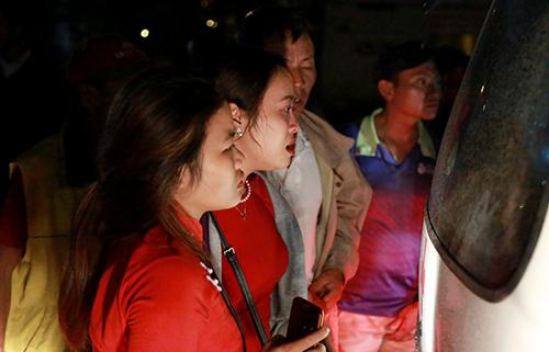 Nhiều người đến cảng ở Nha Trang tìm người thân trong cano chìm. Ảnh: Xuân Ngọc