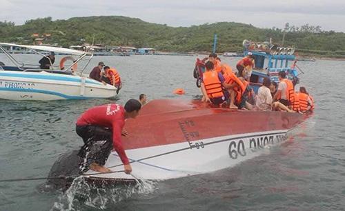 Cano lật trên vịnh Nha Trang, khiến hai người tử vong. Ảnh: An Phước
