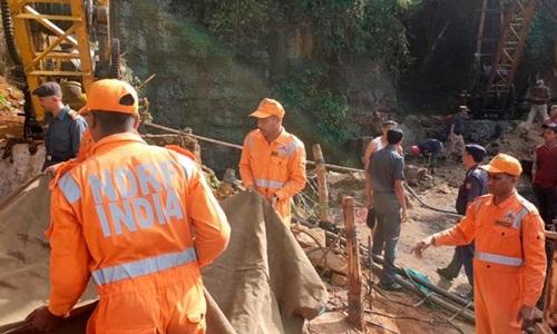 Các nhân viên cứu hộ có mặt tại khu hầm mỏ nơi 15 công nhân bị mắc kẹt. Ảnh: AP.