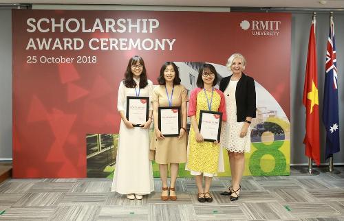 Giáo sư Gael McDonald - Hiệu trưởng RMIT Việt Nam trao học bổng Hiệu trưởng trị giá 100% cho các tân sinh viên năm 2018.