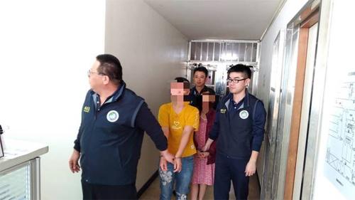 Cảnh sát đang tạm giữ một số người Việt để điều tra. Ảnh: Apple Daily.