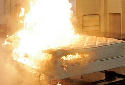 Diana Hansen tẩm xăng đốt giường sau khi bị đánh thức. Ảnh: Saultonline.