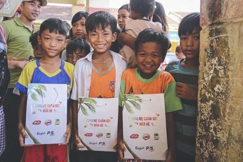 Ánh mắt rực sáng niềm vui của những đứa trẻ khi nhận được món quà Giáng sinh bất ngờ.
