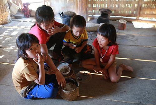 Dậu (thứ hai từ trái sang) đang chăm sóc bữa trưa cho các em.
