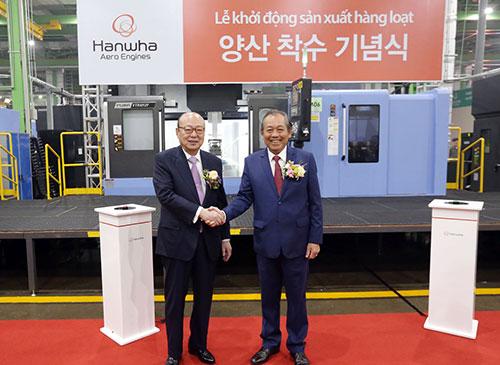 Phó Thủ tướng Chính phủ Trương Hòa Bình (phải)vàChủ tịch Tập đoàn Hanwha Kim Seung.