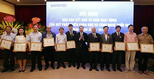 Bộ trưởng Bộ Khoa học và Công Chu Ngọc Anh trao Kỷ niệm chương Vì sự nghiệp Khoa học và Công nghệ cho các nhà khoa học.