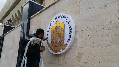 Công nhân sửa sang bên ngoài tòa nhà đại sứ quán của UAE ở Damascus hồi đầu tuần này. Ảnh: almasdarnews.