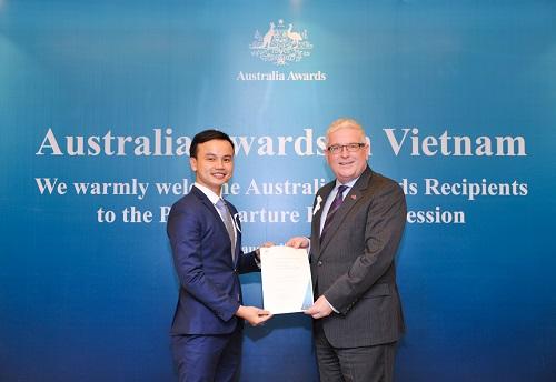 Vin nhận học bổng Australia Award ASEAN trao bởi Đại sứ Australiatại Hà Nội.