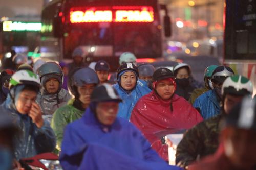 Trời mưa rét và người dân về quê nghỉ Tết dương lịch khiến tình trạng ùn tắc diễn ra trước giờ cao điểm. Ảnh: Gia Chính