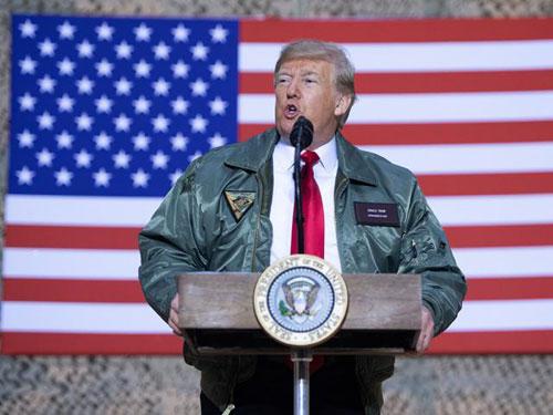 Trump mặc áo khoác kiểu phi công phát biểu trước các lính Mỹ đồn trú ở Iraq hôm 26/12. Ảnh: Reuters.
