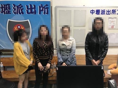 Một nhóm du khách Việt ra trình diện cơ quan chức năng Đài Loan. Ảnh: AD.