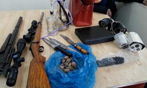 Hai kẻ bán ma túy tàng trữ súng, đạn