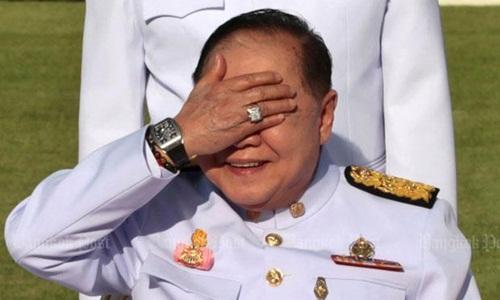 Phó thủ tướng Prawit để lộ chiếc đồng hồ đắt tiền khi đưa tay lên che nắng. Ảnh: Bangkok Post.