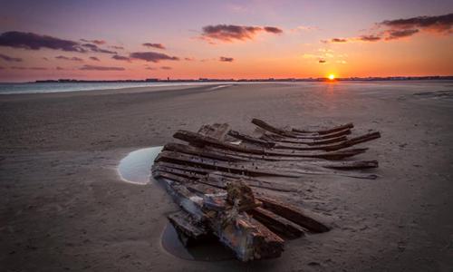 Xác thuyền 200 năm tuổi trên bãi biển Stone Harbor. Ảnh: Werner Tedesco.