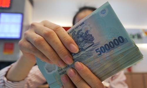 Công nhân khu Công nghiệp Bắc Thăng Long, Hà Nội xếp hàng rút tiền thưởng Tết âm lịch 2014. Ảnh: Quý Đoàn.