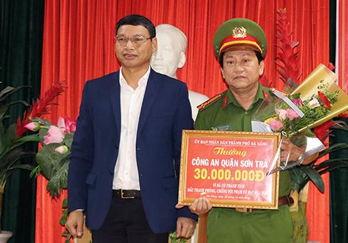 Ông Hồ Kỳ Minh - Phó chủ tịch TP Đà Nẵng trao thưởng cho công an quận Sơn Trà. Ảnh: Ngọc Trường.