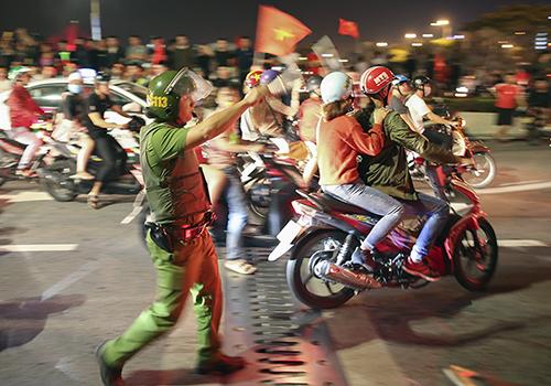 Cảnh sát 113 Đà Nẵng tuần tra đảm bảo trật tự khi người dân xuống đường ăn mừng chiến thắng tại AFF Cup 2018. Ảnh: Nguyễn Đông.
