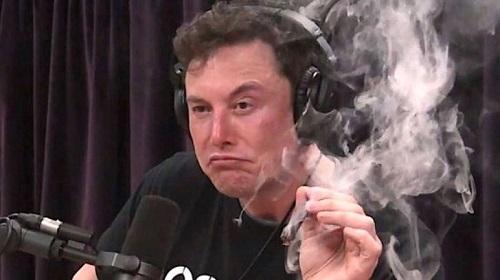 CEO Tesla, Elon Musk hút thuốc trong một bài phỏng vấn trên YouTube