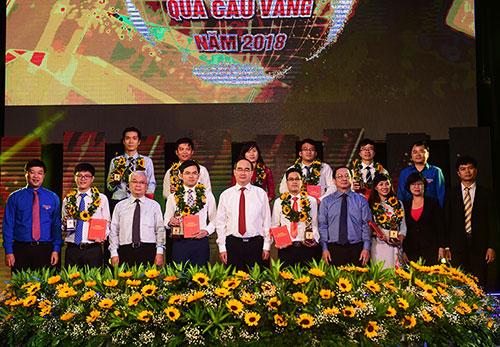 Lãnh đạo Thành phố và Ban tổ chức trao thưởng cho 10 tài năng trẻ. Ảnh: Kỳ Hoa.