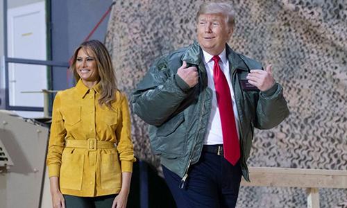Tổng thống Mỹ Donald Trump và phu nhân Melania tại căn cứ không quân al Asad, ngày 26/12. Ảnh: AFP.
