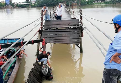 Cầu gỗ đổ sập, bốn người cùng ba xe máy rơi xuống sông. Ảnh: An Phước.