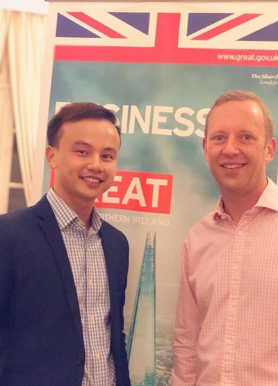 Vin gặp Đại sứ Vương quốc Anh tại Việt Nam trong buổi lễ trao Chevening Award tại Hà Nội.