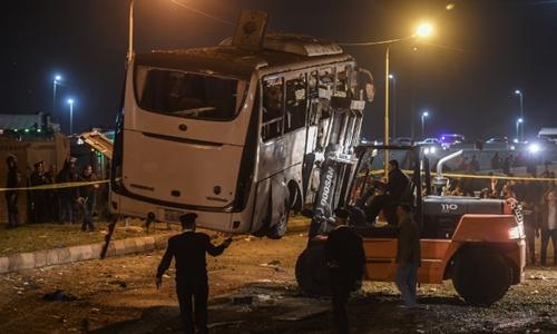 Chiếc xe chở du khách được chuyển khỏi hiện trường sau vụ đánh bom ngày 28/12. Ảnh: AFP.