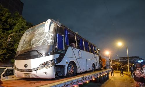 Chiếc xe buýt bị tấn công được đưa ra khỏi hiện trường. Ảnh: AFP.