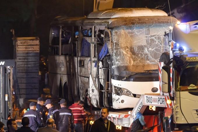 <p> Ba người Việt và một hướng dẫn viên du lịch thiệt mạng, 12 người bị thương khi một thiết bị nổ tự chế phát nổcạnh một bức tường dọc theo đường Mariyutiya ở quận Al-Haram, khi xe buýt chở đoàn du khách Việt Nam từ thủ đô Cairo tới kim tự tháp Giza đi qua lúc18h15 ngày 28/12 (23h15 Hà Nội), theo <em>AFP.</em></p>