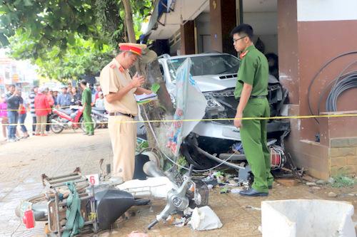 Chiếc ôtô gây tai nạn bị kẹp giữa cây bàn và nhà dân. Ảnh: Hoài Thanh.