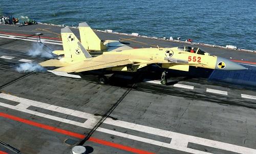 Tiêm kích J-15 trong một lần cất cánh từ tàu sân bay Liêu Ninh hồi năm 2017. Ảnh: Xinhua.