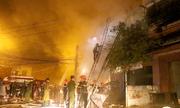 Tiệm tạp hóa cháy rụi trong mưa lớn ở Nha Trang