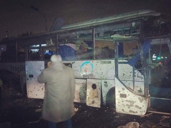 <p> Ảnh do các nhân chứng chụp tại hiện trường cho thấy phần hông bên phải xe bus vỡ nát cùng nhiều lỗ thủng trên thành xe, chứng tỏ sức công phá mạnh của thiết bị nổ tự chế trong vụ tấn công.</p>