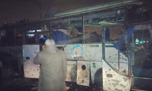 Chiếc xe buýt biến dạng và cửa kính vỡ nát sau khi trúng bom. Ảnh: Twitter.
