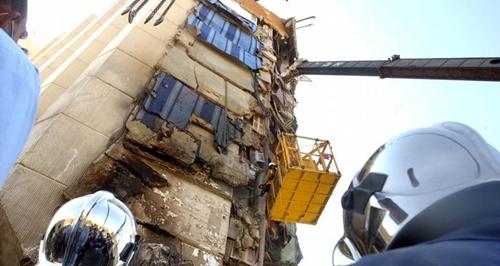 Nhiều tầng của khách sạn bị phá hủy sau vụ đánh bom ở Taba năm 2014. Ảnh: AP.