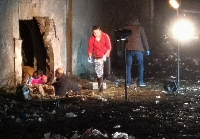 <p> Các điều tra viên Ai Cập xem xét lỗ thủng lớn xuất hiện trên bức tường ở cạnh chiếc xe chở du khách sau vụ nổ.Ảnh: <em>Twitter</em>.</p>
