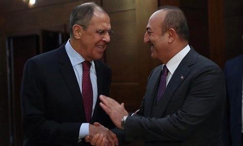 Ngoại trưởng Nga Sergei Lavrov (trái) và người đồng cấp Thổ Nhĩ Kỳ Mevlut Cavusoglu bắt tay tại Moskva hôm nay. Ảnh: Bộ Ngoại giao Thổ Nhĩ Kỳ.