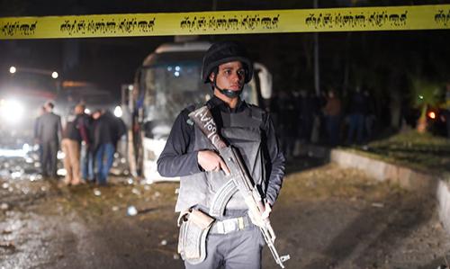 Lính Ai Cập canh gác tại hiện trường đánh bom xe buýt chở khách du lịch Việt. Ảnh: AFP.
