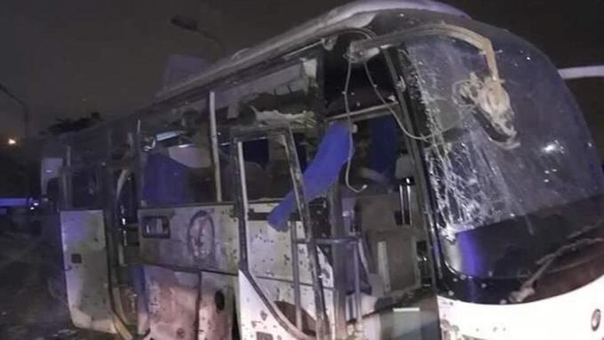 <p> Chiếc xe bus gần như hư hỏng hoàn toàn sau vụ tấn công, kính chắn gió cũng bị nứt vỡ.</p>
