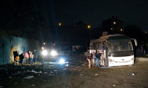 Khoảng cách từ lỗ thủng trên tường do thiết bị nổ gây ra tới chiếc xe buýt. Ảnh: Twitter.