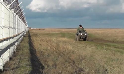Hàng rào tại khu vực giữa lãnh thổ Crimea và Ukraine.